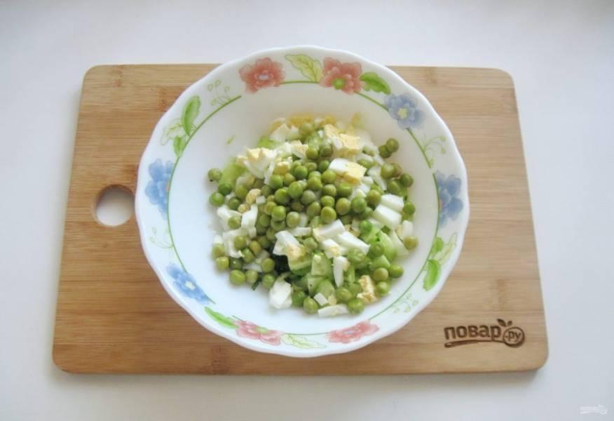 Свежий или мороженый горошек отварите до мягкости и добавьте в салат.
