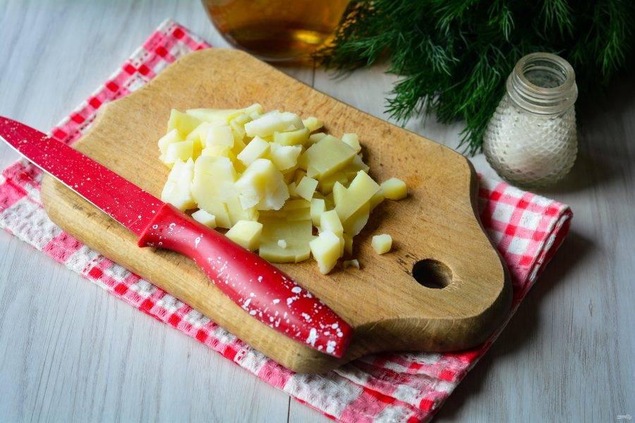 Отварной картофель нарежьте кубиками среднего размера.
