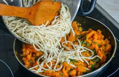 В конце добавляем отваренные спагетти и все тщательно перемешиваем.