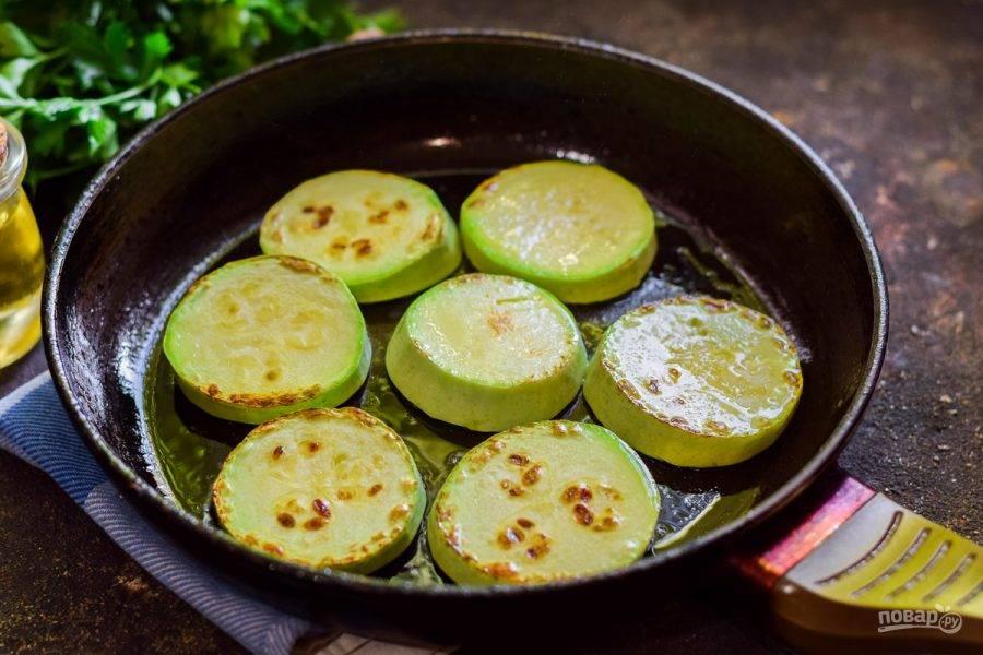 В сковороде прогрейте растительное масло, выложите кабачки и поджарьте буквально по 1 минуте с каждой стороны.