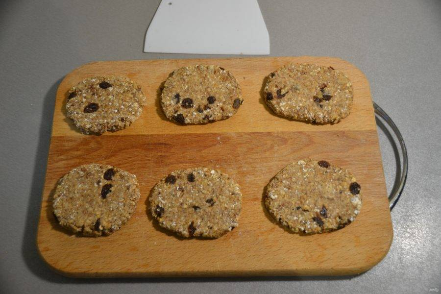 Придайте печенью желаемую форму, уплотните его.