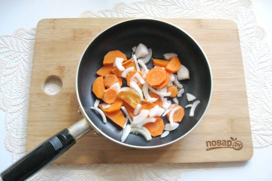 Лук и морковь очистите, помойте и нарежьте. Выложите в сковороду с подсолнечным маслом. Слегка припустите овощи на небольшом огне.