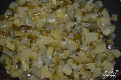 Нарезанные огурцы тушить на сковороде с 2 половниками бульона 10 минут.