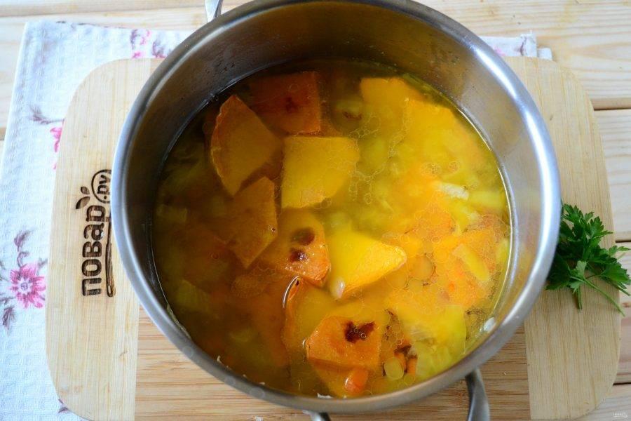 Затем добавьте специи, соль, залейте все бульоном, поставьте на огонь и доведите до кипения. Проварите суп несколько минут — и можно снимать с огня.