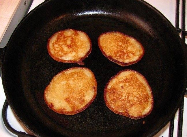 И жарим сразу по четыре штуки на горячей сковороде с маслом.