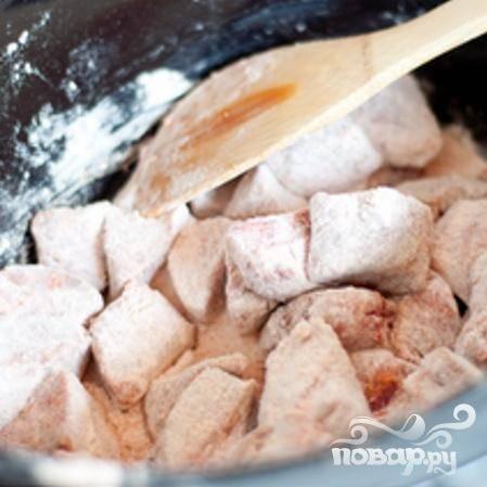 2. Объединить муку, соль, перец, паприку, чесночный порошок (или измельченный чеснок) в небольшой миске и взбить. Выложить говядину в разогретую медленноварку. Посыпать мукой поверх мяса и перемешать, пока говядина не будет полностью покрыта.