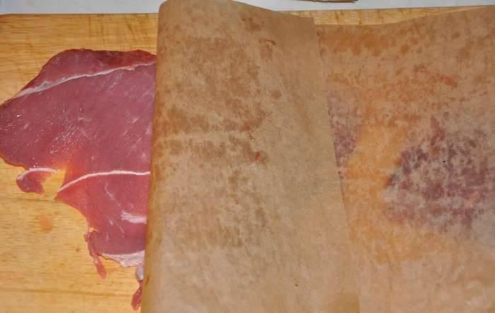 Отбиваем эскалопы, накрыв их пекарской бумагой. Затем слегка обжариваем их на сковороде - примерно по 1 минуте с каждой стороны.