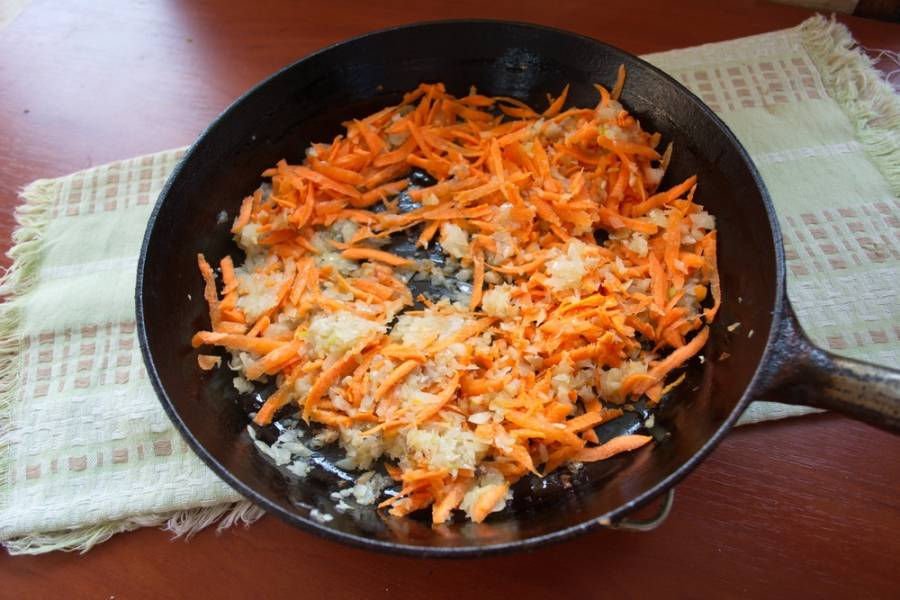 На сковороде, с добавлением масла, обжариваем лук, затем добавляем морковь.