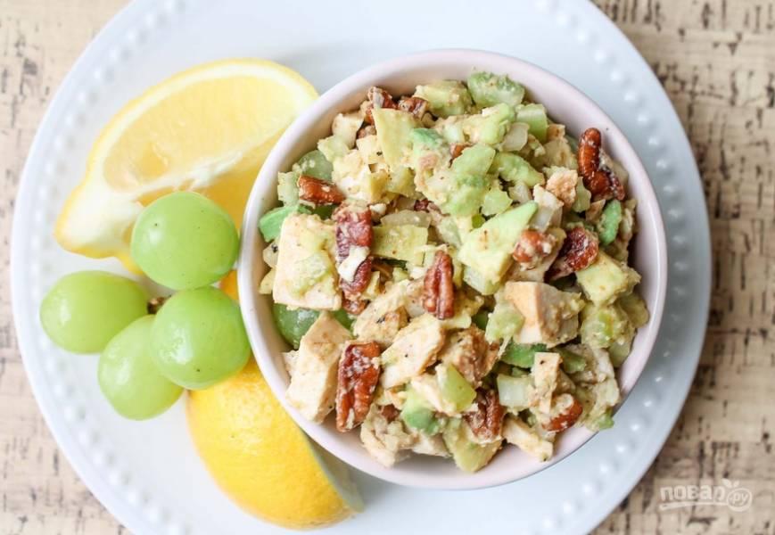 Все перемешиваем, солим и перчим по вкусу. Можно добавить немного оливкового масла, если салат покажется вам сухим. Приятного аппетита!
