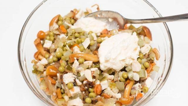 10. По вкусу заправьте майонезом. Вот и все, пикантный салат с маринованными грибами и курицей в домашних условиях готов.  Приятного аппетита!