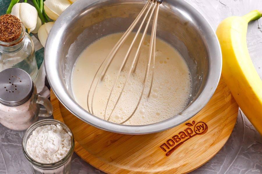Погасите соду уксусом и вмешайте в яичную массу.
