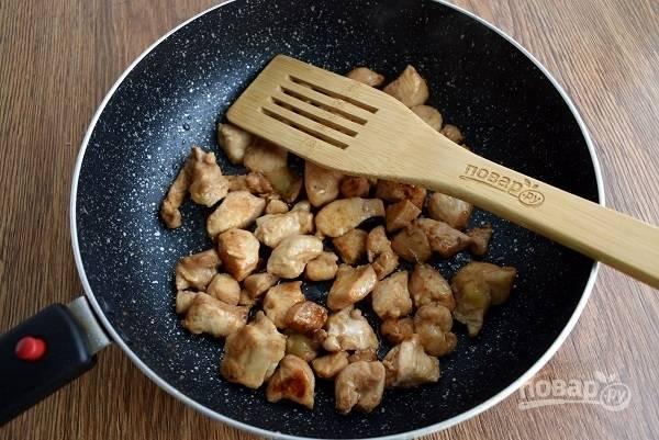 Разогрейте сковороду и на среднем огне обжарьте маринованное мясо до румяной корочки.