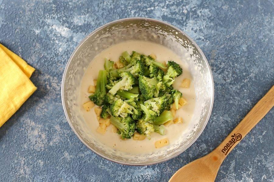 Добавьте брокколи и сыр. Перемешайте все еще раз.
