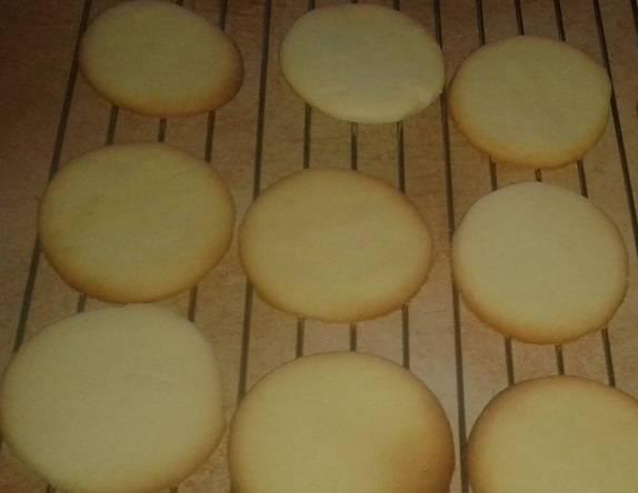 4. Выложите печенье на противень, запекайте в разогретой духовке в течение 12-15 минут. Будьте внимательны, в конце приготовления печенье очень быстро из золотистого становится коричневым! Выберите из духовки, оставьте на 15 минут на противне. Затем аккуратно переложите на решетку и остудите полностью.