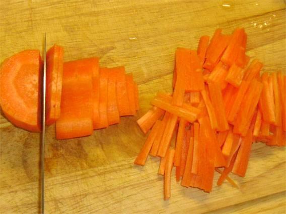 6. Вымыть, очистить и нарезать тонкими брусочкам (можно натереть на терке) морковь.