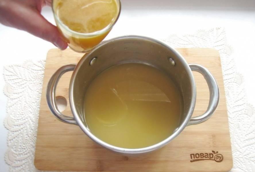 В процеженный отвар влейте яблочный сок и перемешайте.