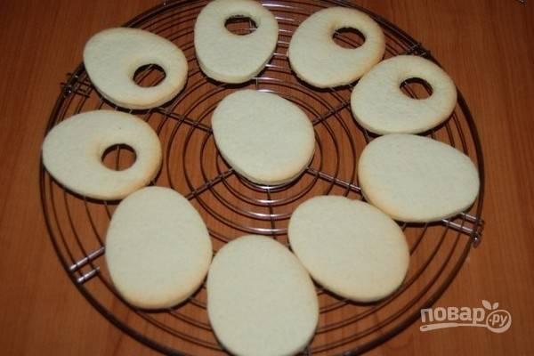 6.Выпекайте печенье в предварительно разогретой до 180 градусов духовке в режиме конвекции около 10 минут. Готовой выпечке дайте полностью остыть.