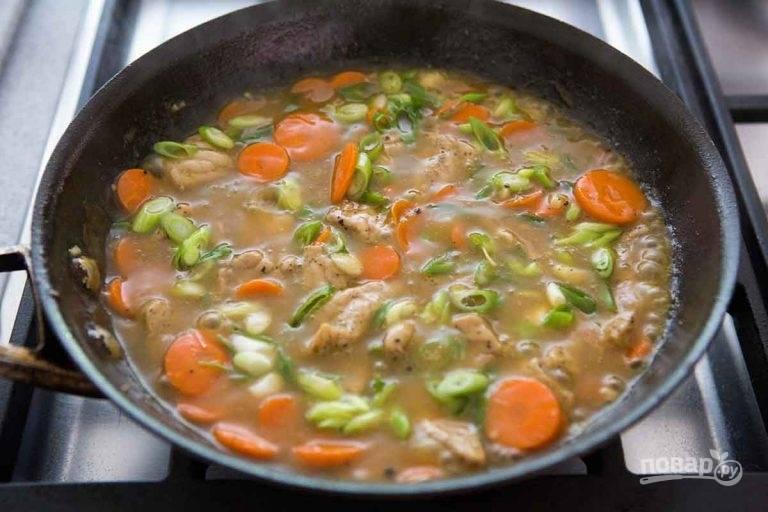 7.Натрите имбирь на мелкой терке, нарежьте зеленый лук и выложите все ингредиенты в сковороду.