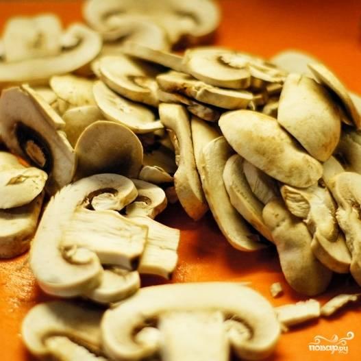 Мелко нарезаем грибы.