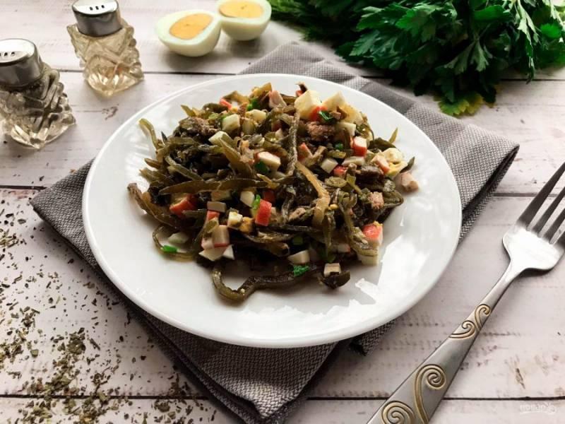 Салат с морской капустой и шпротами готов. Приятного аппетита!