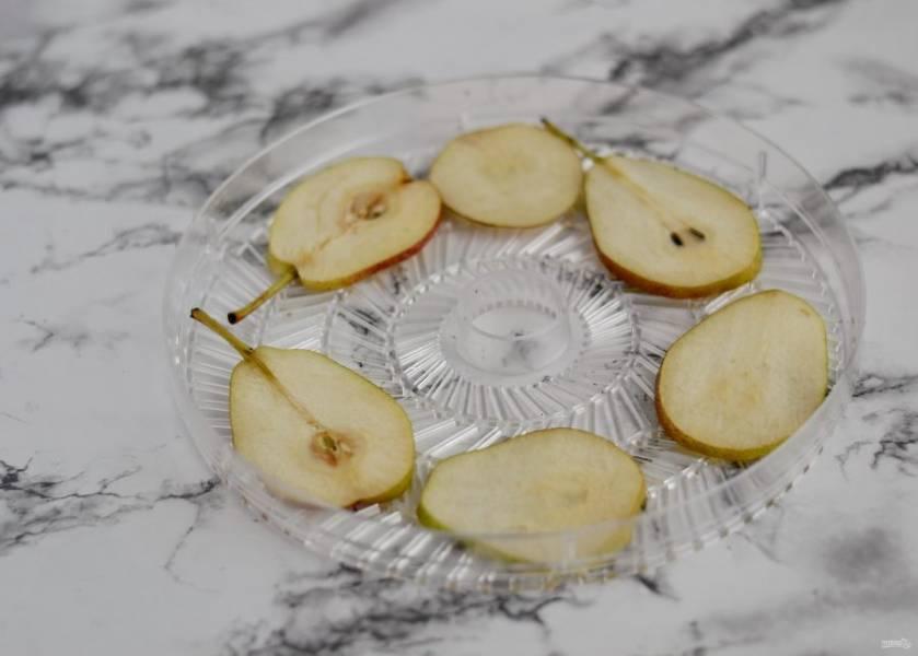 Когда все груши будут нарезаны, разложите их на поддоны сушилки в один слой. Сушите чипсы из груши 8-12 часов при температуре 50-70 градусов.