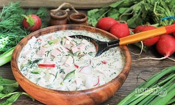Окрошку раскладывайте по порциям, добавляя соль, сметану и квас по вкусу. Приятного аппетита!