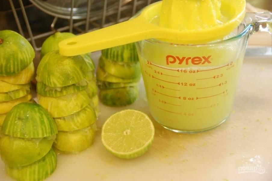 2.Разрежьте плоды пополам и выдавите из них сок, должно получиться 2 стакана сока.