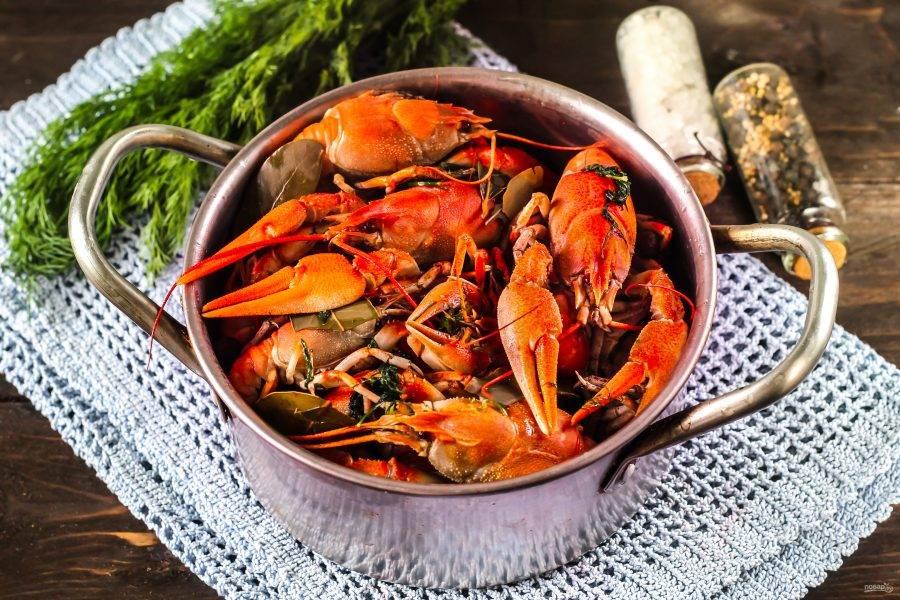 Спустя указанное время блюдо будет готово. Раки сменят свой зеленый цвет и станут краснобокими. Не вынимайте их из бульона, пока он не станет теплым. При остывании морепродукты впитают в себя часть бульона и станут более вкусными.