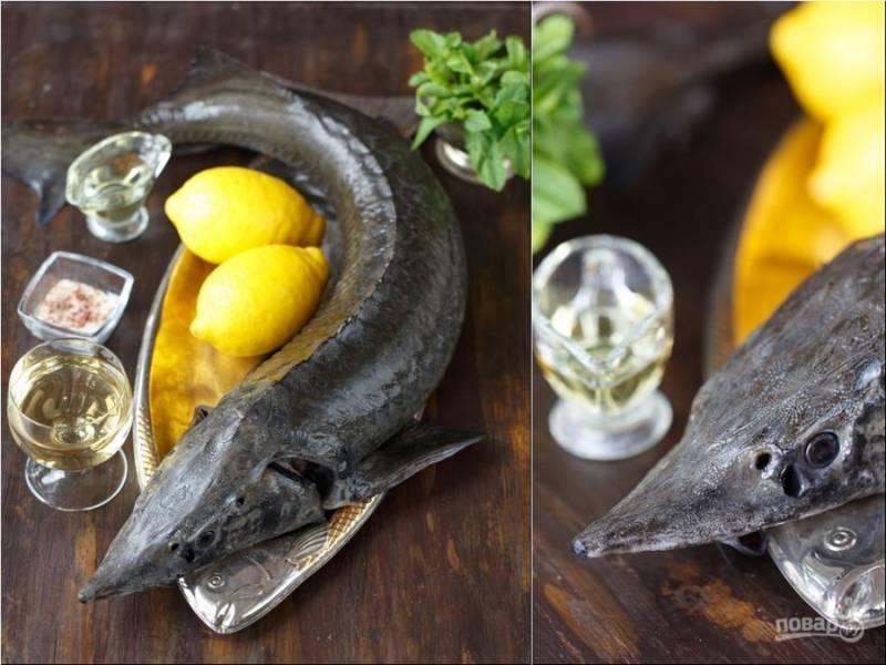 2. Натрите рыбу солью, оставив на несколько минут (10-15). Потом промойте под холодной водой и опять высушите.