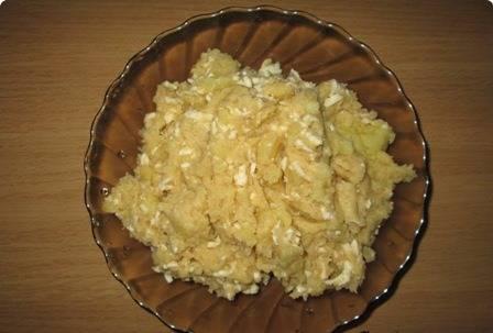 Отвариваем картофель в мундире в подсоленной воде. Затем картофель разминаем, как на пюре, солим и добавляем брынзу. Все перемешиваем.
