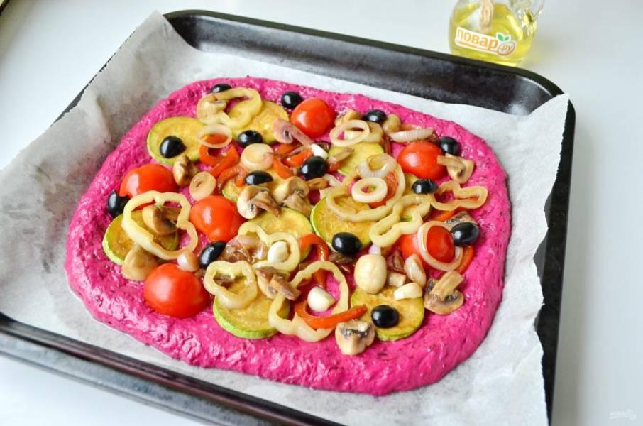 7. Готовые овощи откиньте на дуршлаг, чтобы ушла лишняя жидкость (если она есть). Наполните тесто овощной начинкой. Прогрейте духовку до 200 градусов, выпекайте пиццу 20 минут.