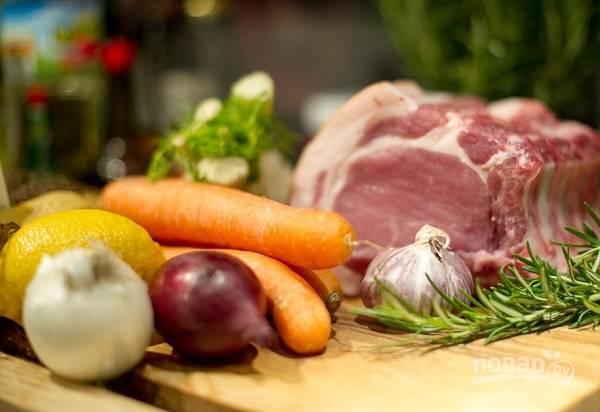 Корейку мы возьмем на косточках, с салом и шкуркой. Вымойте мясо и обсушите его бумажными полотенцами. Очистите овощи.