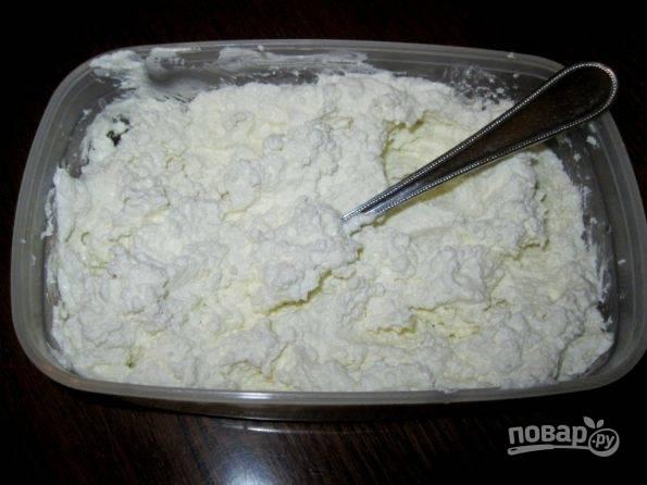 2.В отдельной емкости смешайте творог, сметану и сахар (каждый ориентируется на свой вкус по сладости).