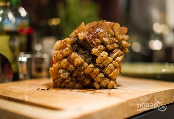 Корейка будет готовиться около 2- 2,5 часов, периодически поливайте мясо соком, который выделяют мясо и овощи. Когда мясо готово, вынимаем его из формы, дадем отдохнуть минут 10. Можно прикрыть фольгой.