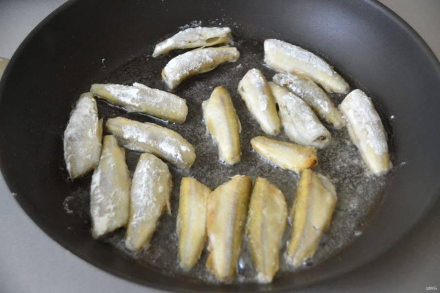 Обжарьте с двух сторон на хорошо разогретой сковороде с добавлением достаточного количества растительного масла.