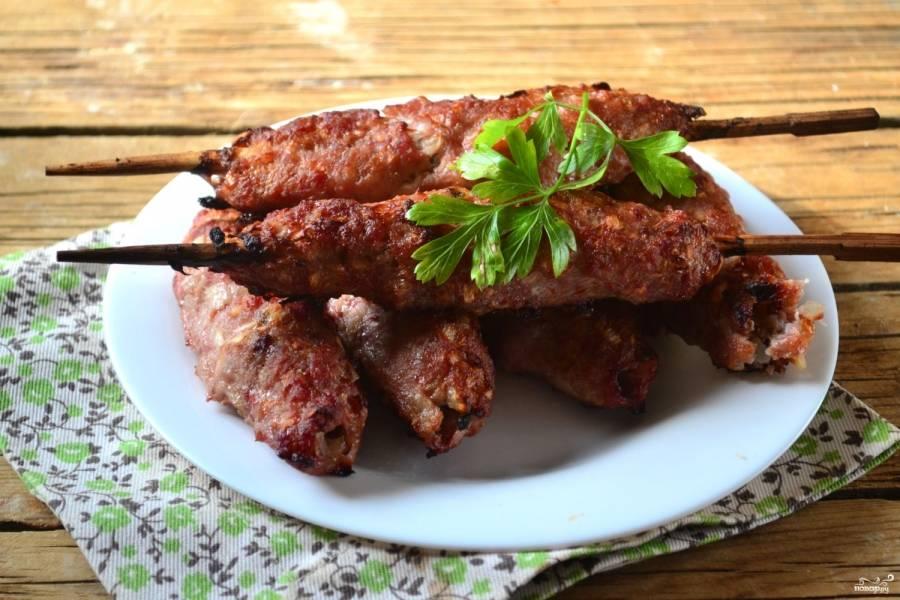 Люля-кебаб из свинины готовы. Подавайте блюдо горячими. Кушайте с удовольствием!