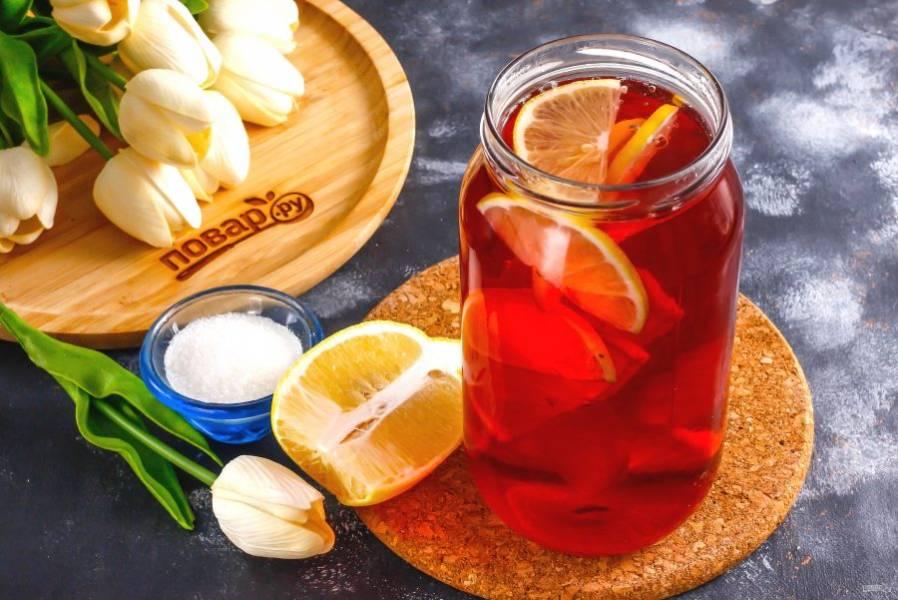 Лимон разрежьте пополам и нарежьте ломтиками. Выложите нарезку в емкость.