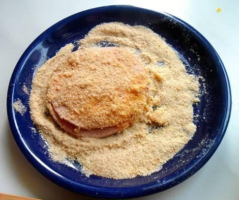 """3. Обмакните полученный """"бутерброд"""" в яйцо, затем обваляйте в панировочных сухарях."""