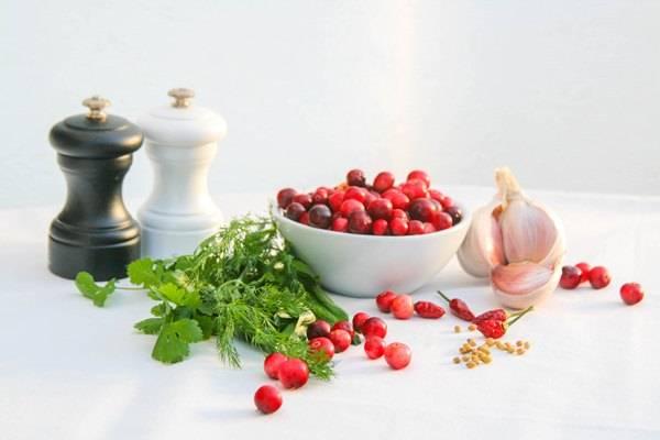 1. Подготовим ингредиенты. Ягоды моем, заливаем водой и на маленьком огне доводим до кипения. Когда ягоды размякнут, удаляем косточки.