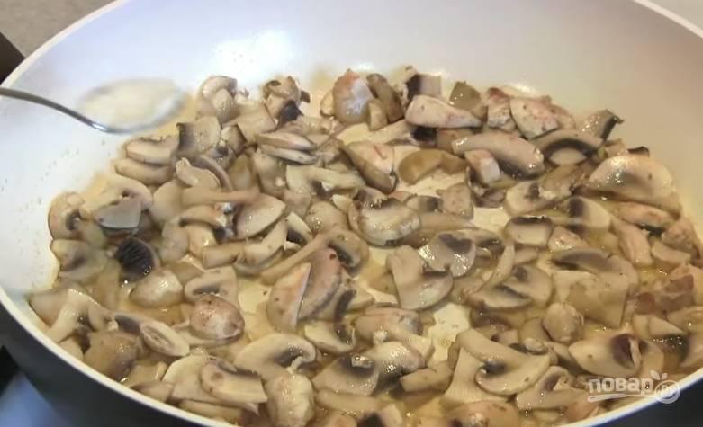 3. На разогретую сковороду отправьте сливочное масло. Когда оно растает, добавьте шампиньоны и обжаривайте до золотистого цвета. Не забудьте посолить и поперчить.