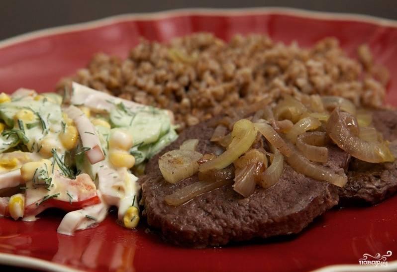 4. Вот и все! Если при проколе из мяса не сочится розоватый сок, оно готово. Можно подавать с любимым гарниром и салатом!