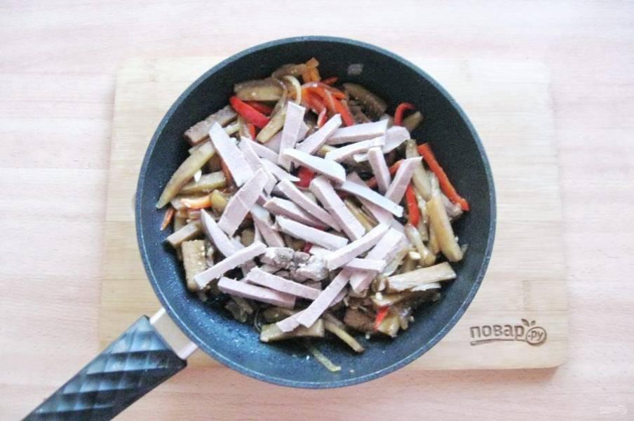 Отварной язык нарежьте соломкой и добавьте в салат.