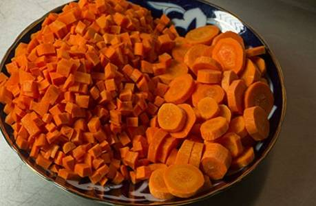 3. Морковь очистить и нарезать. В данном случае она нарезать и кубиками, и кружочками. Если под рукой есть еще и желтая морковь, то ее также стоит добавить в плов.