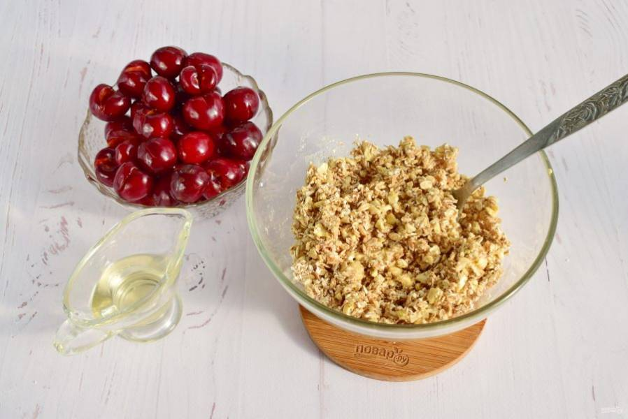 В миске соедините хлопья, орехи, масло и мед (1 ст. л.), перемешайте.