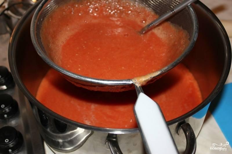Возьмите мелкое сито, протрите получившуюся массу через него. Это нужно, чтобы избавиться от ненужных семян и кусочков кожуры от томата. К процеженной массе добавьте немного сухого базилика и соли.