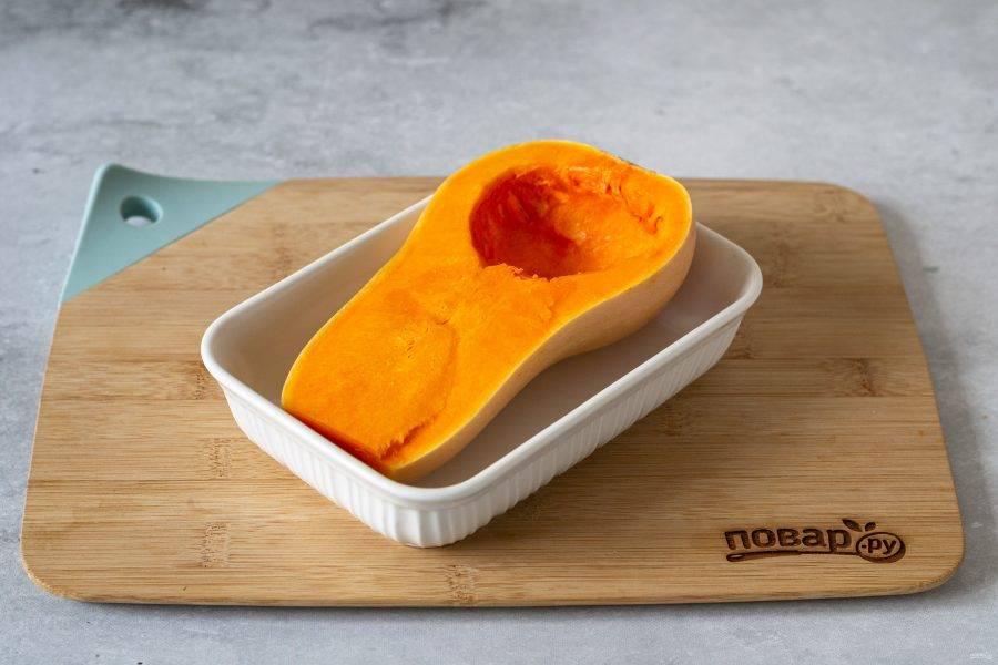 Разрежьте тыкву пополам, удалите семена. Запеките в заранее разогретой до 190 градусов духовке примерно 40 минут.