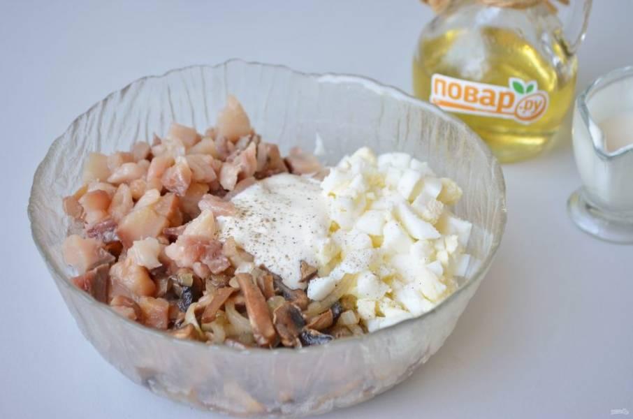 4. Соедините все ингредиенты закуски, добавьте сметану и перец черный. Солить по вкусу, но я не добавляла соли совсем. Перемешайте. Добавьте любимую зелень. Закуска готова!