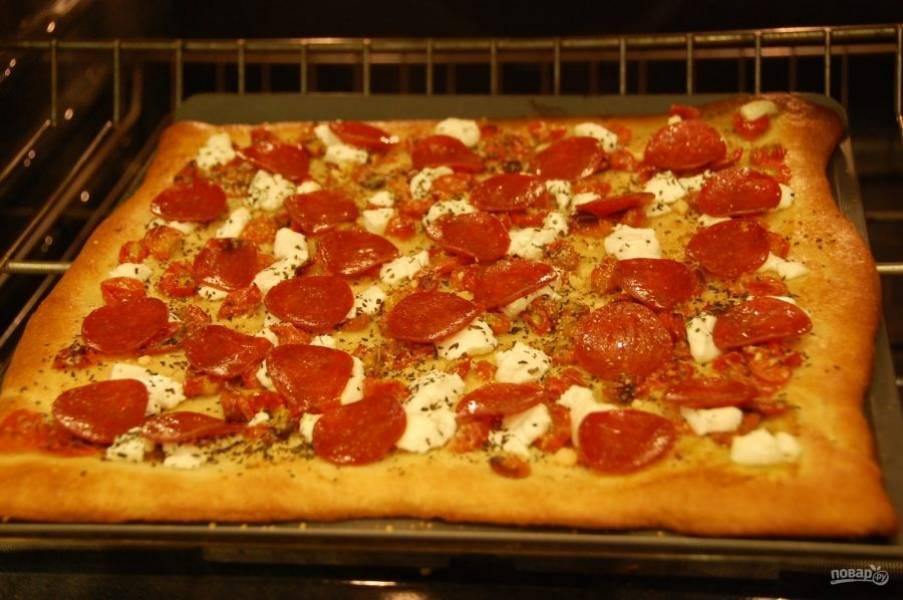 6.Отправьте пиццу на 10-15 минут в разогретую до 200 градусов духовку.