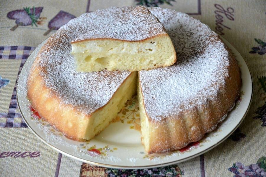 Дайте пирогу остыть, присыпьте его сахарной пудрой и подавайте к столу. Пирог получился нежный, вкусный, просто объедение, то, что надо для семейного чаепития.