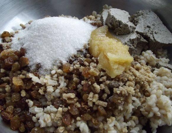 Пшеничную кашу смешайте с изюмом, орехами, халвой, медом и половиной сахара.